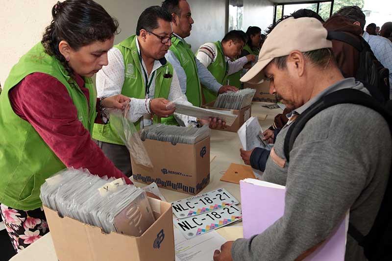Agilizan entrega de placas vehiculares en el Edoméx