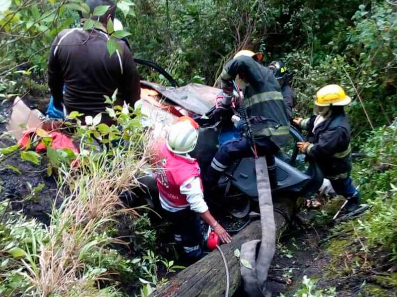 Rescatan a 4 heridos del fondo de un barranco en la carretera a Temascaltepec