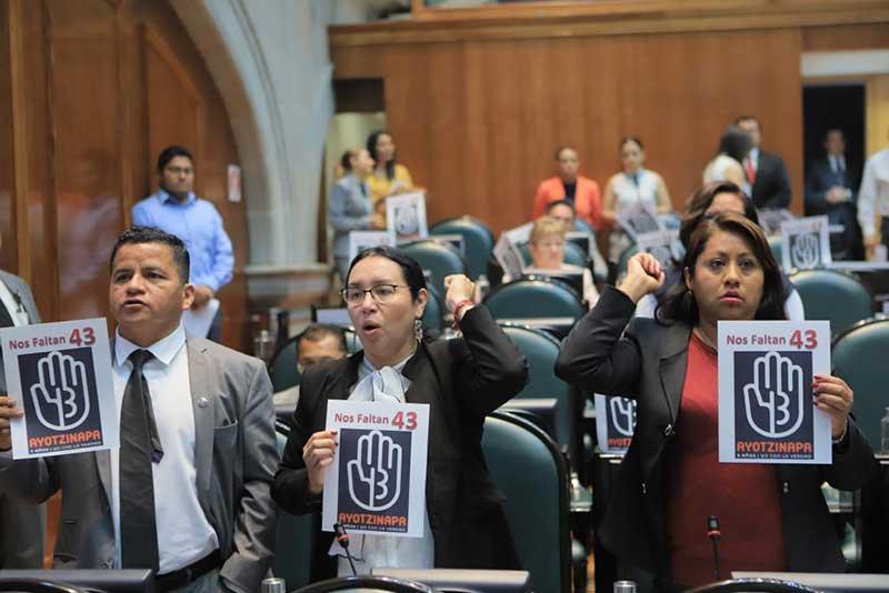 """""""Nos faltan 43"""", claman en el pleno diputados de Morena"""