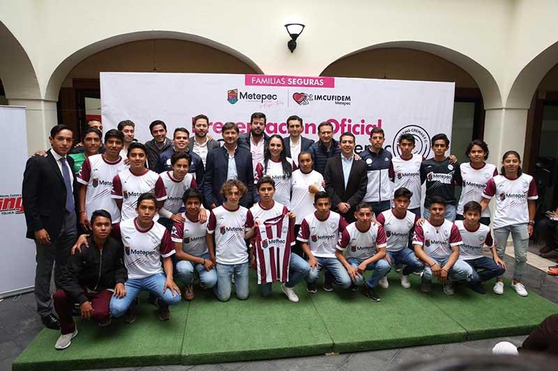 Presenta Gaby Gamboa nuevo equipo de futbol de Metepec Sub 17