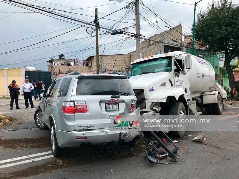 Accidente de pipa de gas provoca el cierre de Av Las Torres