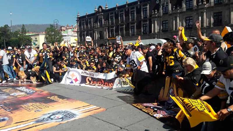 Fans de los Steelers se reúnen previo al inicio de temporada y se toman la foto grupal en Toluca