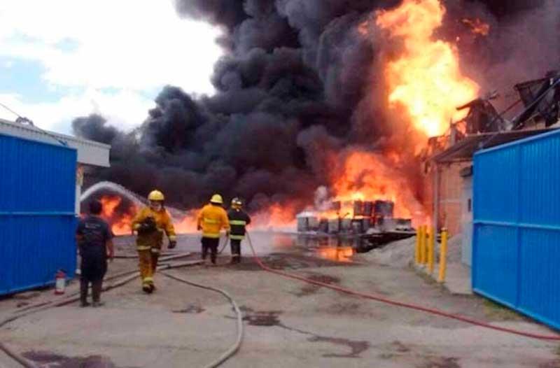 Servicios de emergencia controlan incendio en predio de llantas en Tultitlán