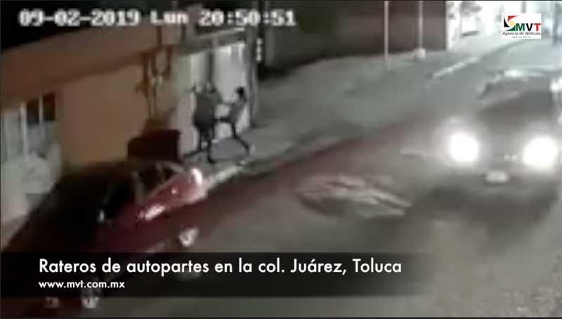 #Video En 2:22 minutos roban autopartes y se confrontan con propietario de auto en la col. Juárez Toluca