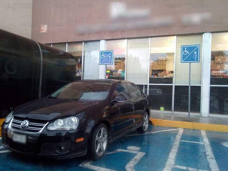 Recupera Secretaría de Seguridad vehículo robado en el estacionamiento de una plaza comercial