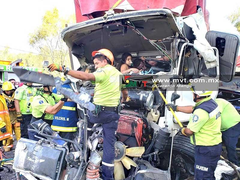 Trailer vuelca y aplasta varios autos en la Toluca Ixtlahuaca