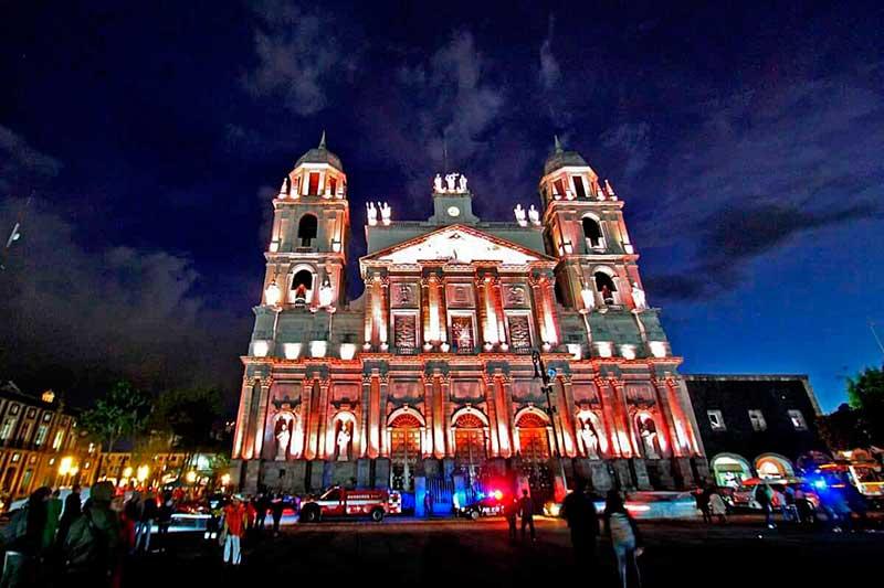 Luces multicolores iluminan la Catedral de Toluca