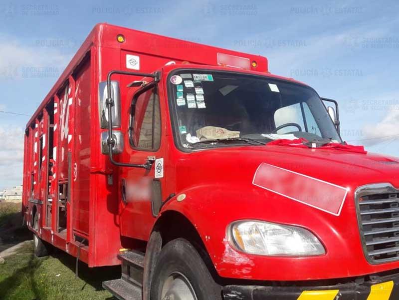Roban camión de la Coca y amordazan a chofer y ayudantes, son rescatados en Zinacantepec