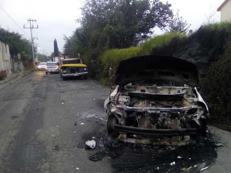 Queman autos por el atropellamiento de una vaca en Tecaxic