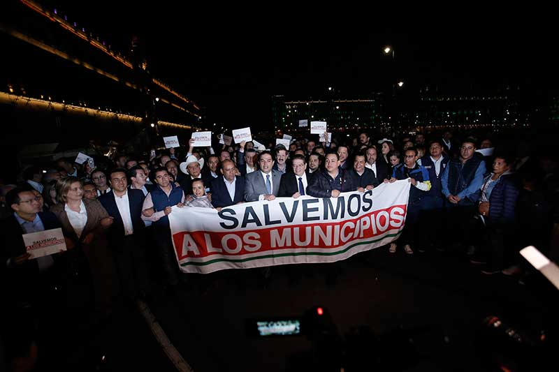 Alcaldes se manifestaron en Palacio Nacional y los reciben con gas lacrimógeno