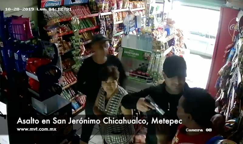 En 30 segundos sujetos armados asaltan tienda de abarrotes en Metepec