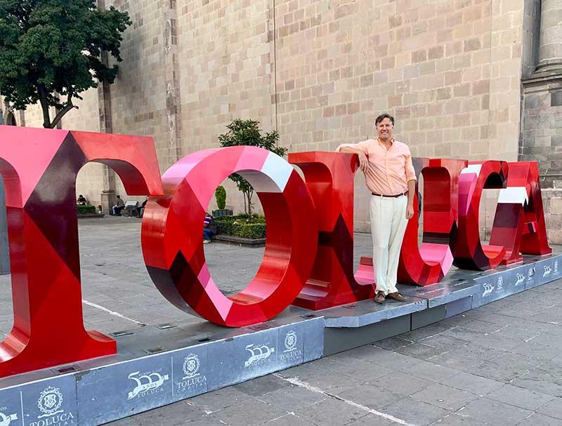 El embajador de EU en México y el alcalde de Toluca recorren la Feria y Festival Internacional Alfeñique