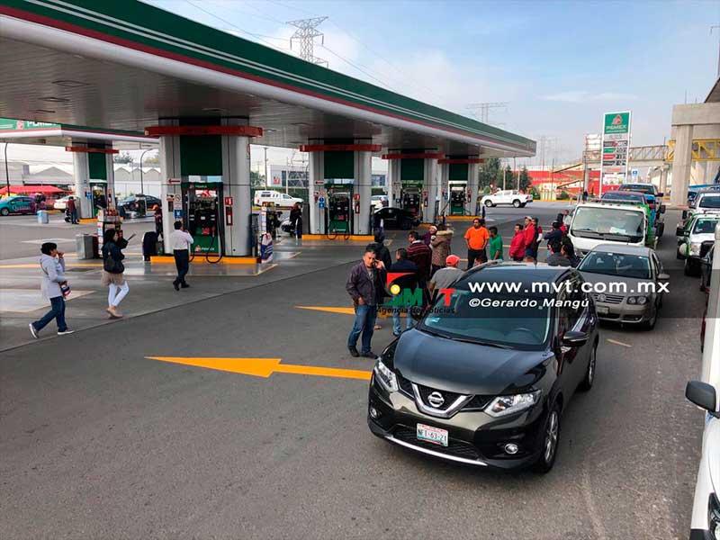 Gasolinera despacha combustible contaminado con agua en la Mexico Toluca