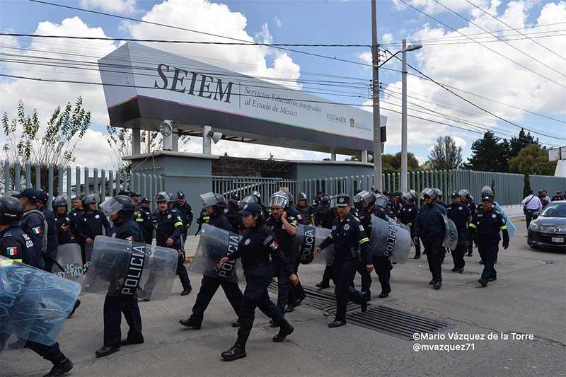 Policías resguardan el SEIEM por manifestación de normalistas de Tenería