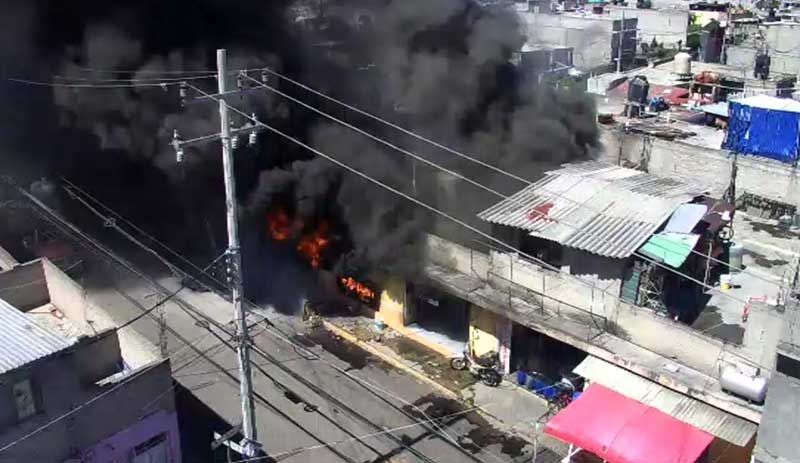 Muere una mujer en incendio de tlapalería en Ecatepec