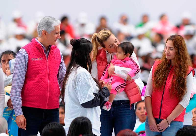 Alfredo del Mazo y Fernanda Castillo entregan Salario Rosa a mujeres de Lerma