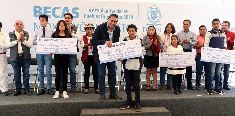 Toluca entrega 3 mil becas a estudiantes de pueblos originarios