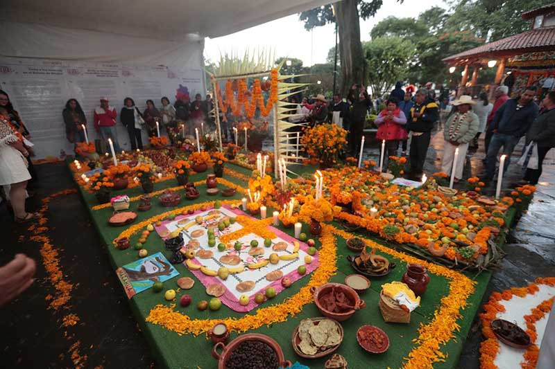 Presentan etnias originarias del EdoMéx ofrenda a los muertos en el Festival de las Almas