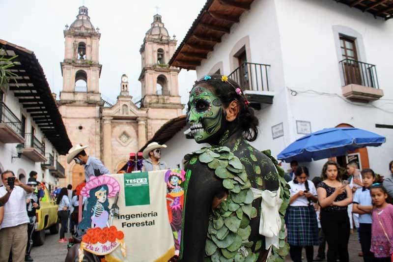Deambulan calacas por calles y foros de Valle de Bravo en el Festival de las Almas 2019