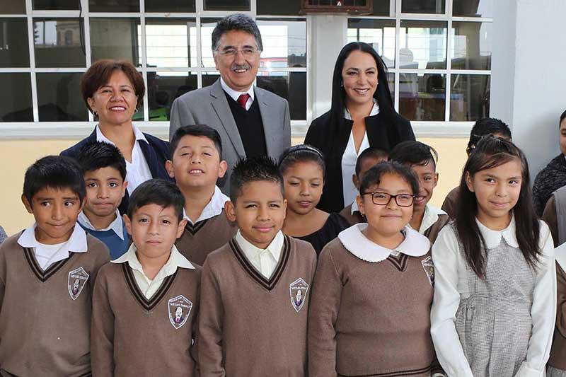 Niños y jóvenes son apoyados con becas en Metepec