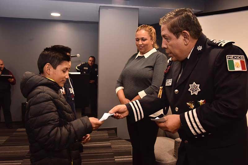 Secretaría de Seguridad entrega becas a hijos de policías caídos en el cumplimiento de su deber