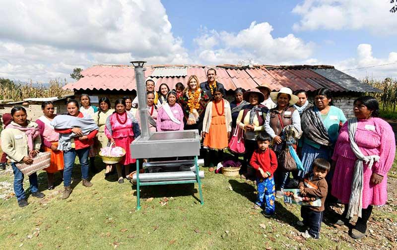 Entrega Fernanda Castillo de Del Mazo donativo de estufas ecológicas a familias Mazahuas