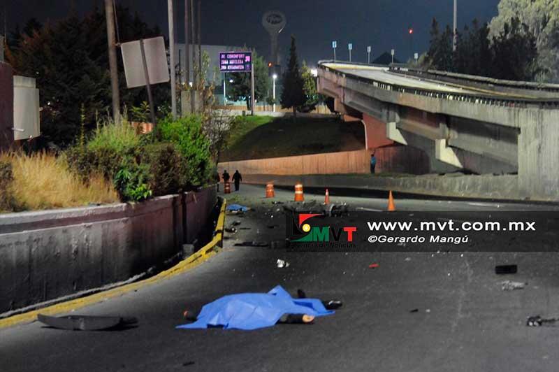 """Auto sale """"volando"""" en puente de Tollocan frente a Torres Bicentenario, dos mueren"""