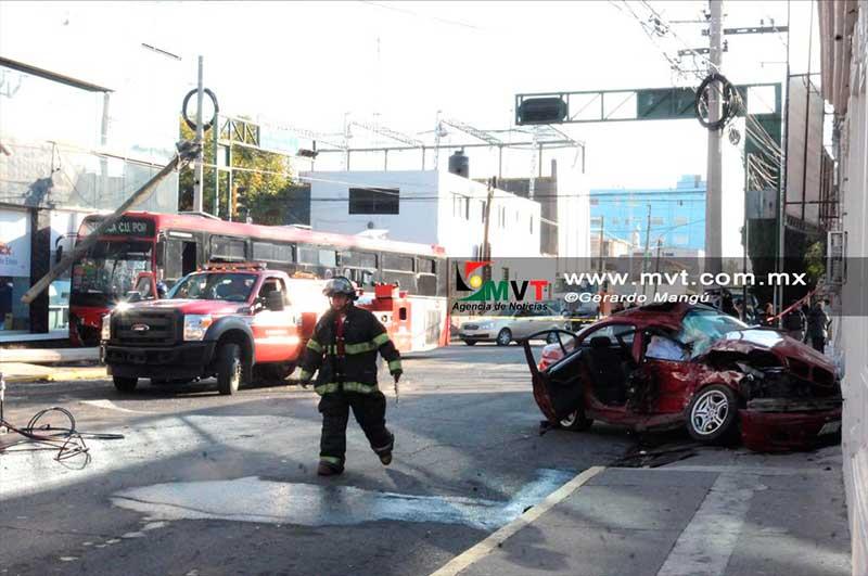 Una persona muere y otro resulta lesionado por choque de camión en el centro de Toluca