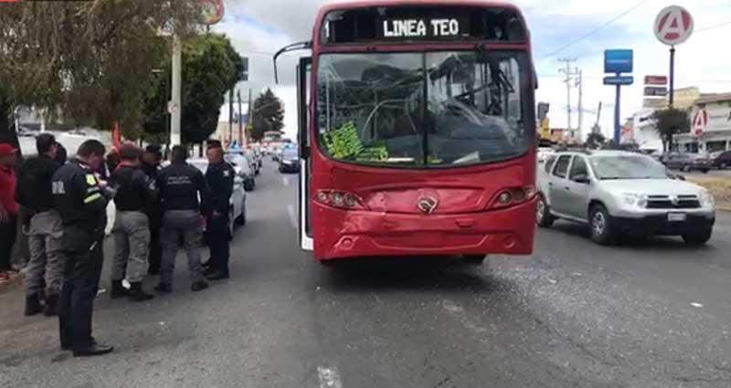 Chocan camiones de pasajeros en Toluca, 20 personas resultan con lesiones