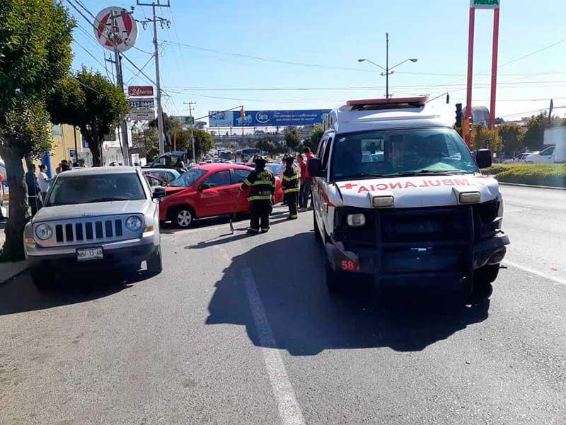 Choca ambulancia que respondía a emergencia en Toluca