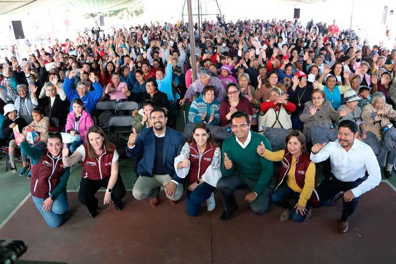 """Benefician a casi 2 mil personas en Metepec con programa """" Abriga con el corazón"""""""