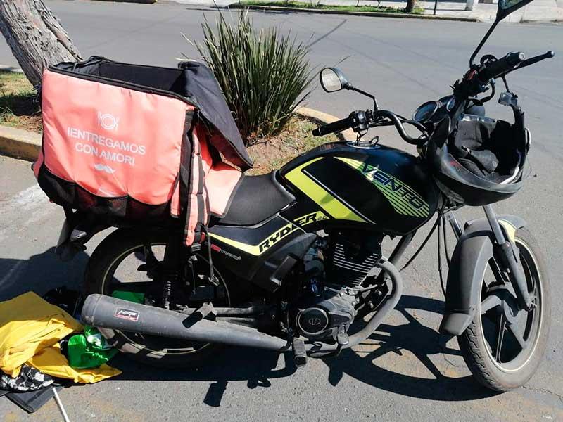 Detienen a sujeto entregando droga en moto en la col. Universidad