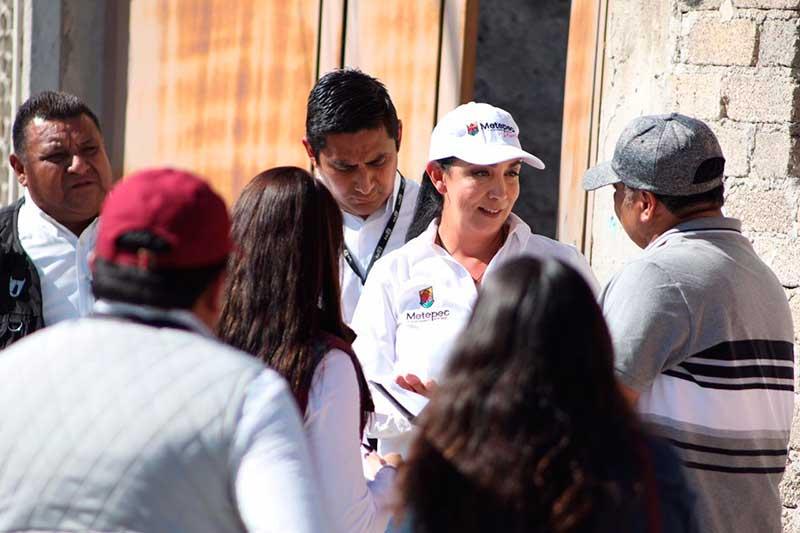 Presidenta de Metepec informa personalmente a vecinos de logos y retos