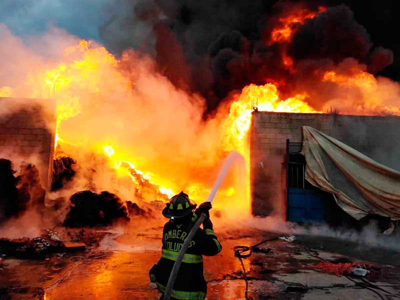 Incendio consume bodega de productos reciclados