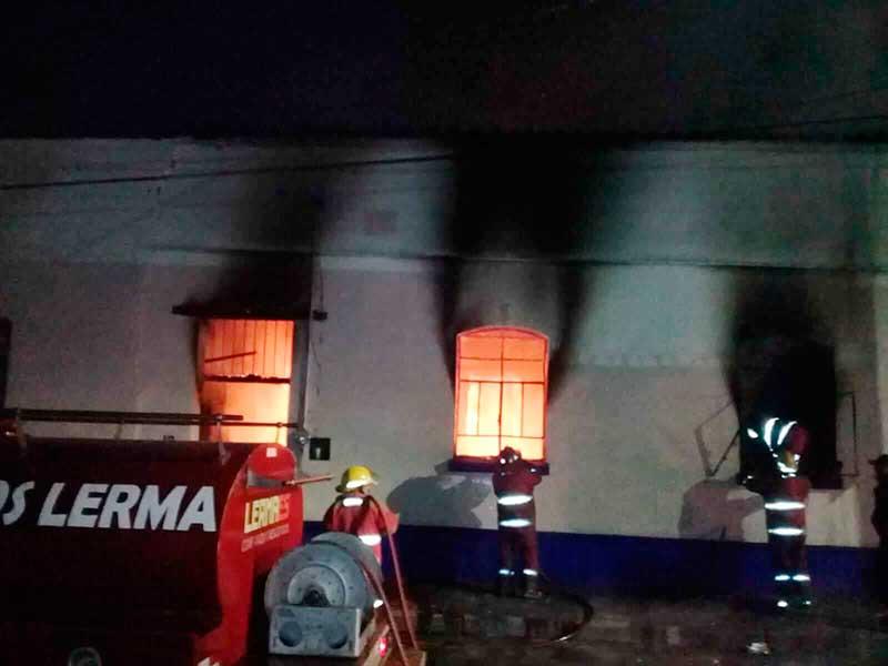 Bomberos rescatan a hombre herido por incendio en Lerma, buscan a dos menores