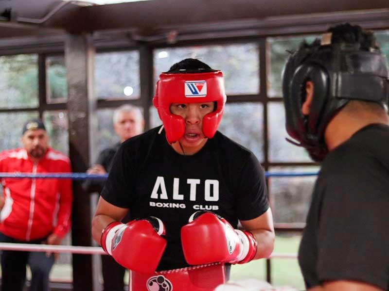 Boxeador Jaime Munguía prepara próxima pelea en el Centro Ceremonial Otomí