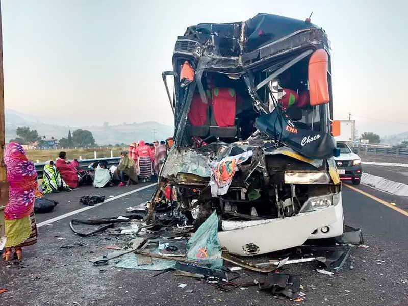 Veinte peregrinos lesionados por choque de autobús en Temascalcingo