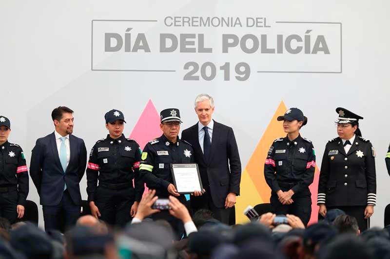 Gobernador reconoce a policías y les entrega equipamiento