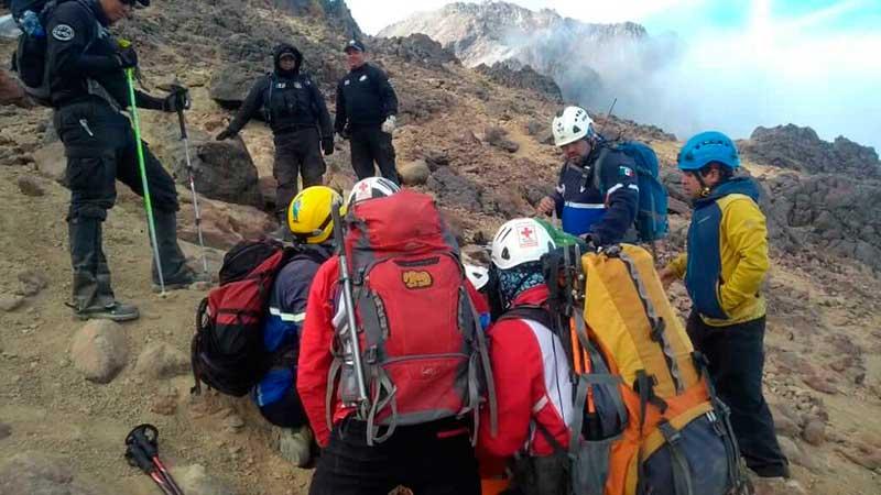 Personal de Alta Montaña de la Cruz Roja rescata a lesionado en el volcán Iztaccíhuatl