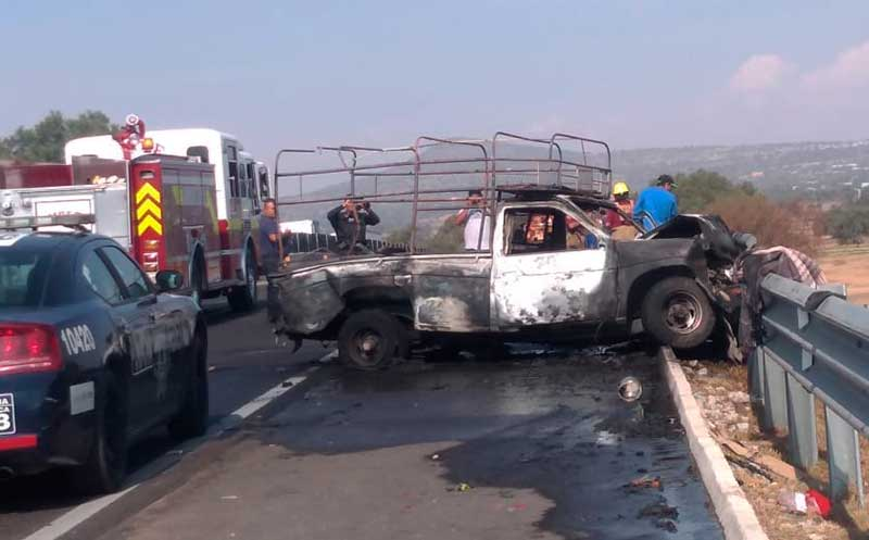 Trailer impacta camioneta con peregrinos guadalupanos en Tecamac