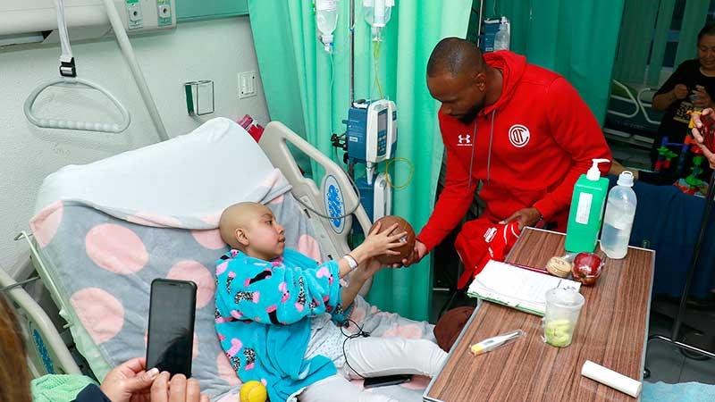 Jugadores del Toluca visitaron a niños hospitalizados