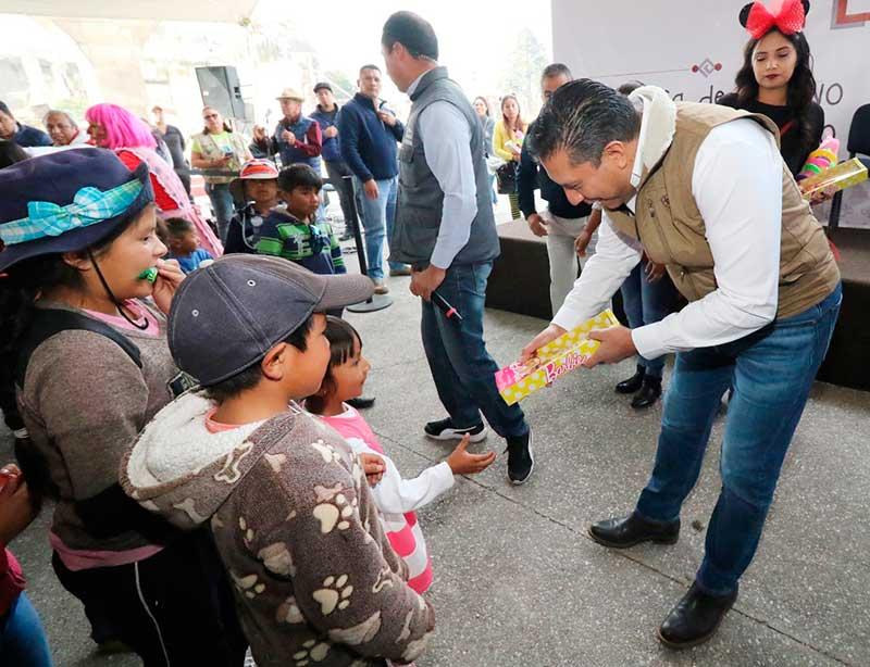 Alcalde celebra día de Reyes en delegaciones de Toluca