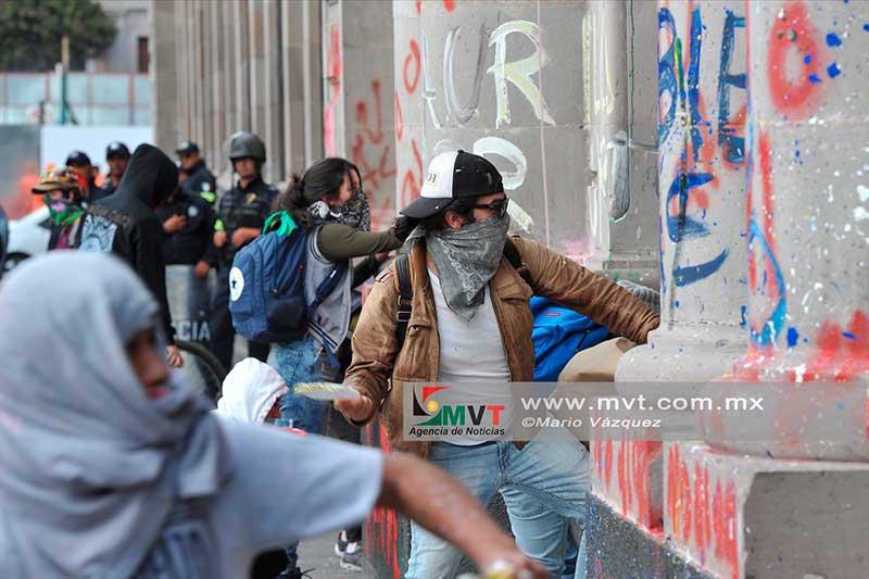 Protestan por el aumento al pasaje, grafitean el Congreso del Estado
