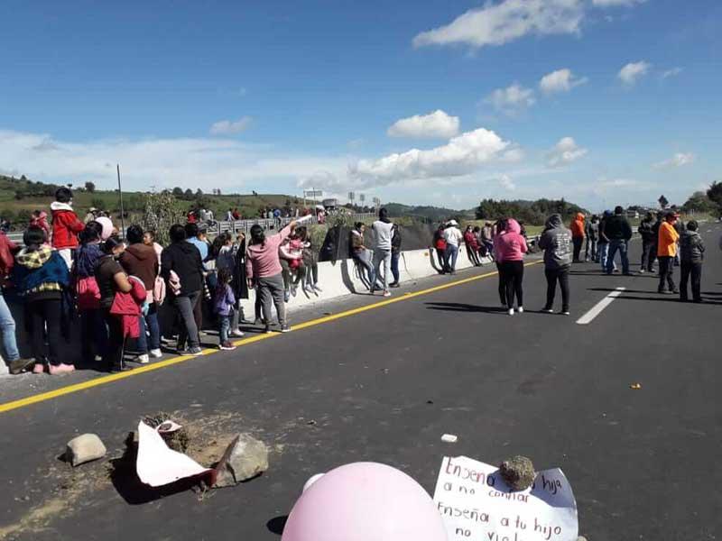 Bloquean autopista a Ixtapan por la violación y homicidio de una menor