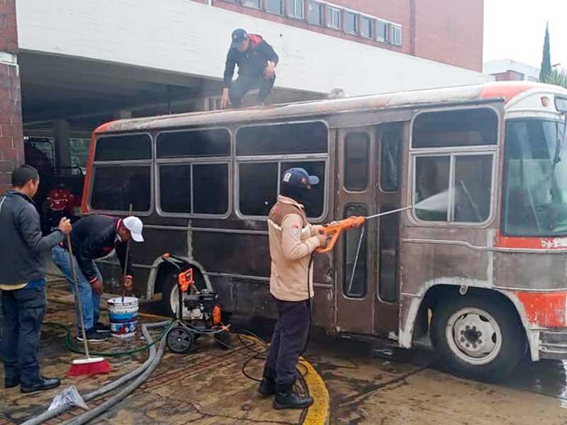 Cadetes rehabilitan camión de los 80´s para los bomberos de Toluca