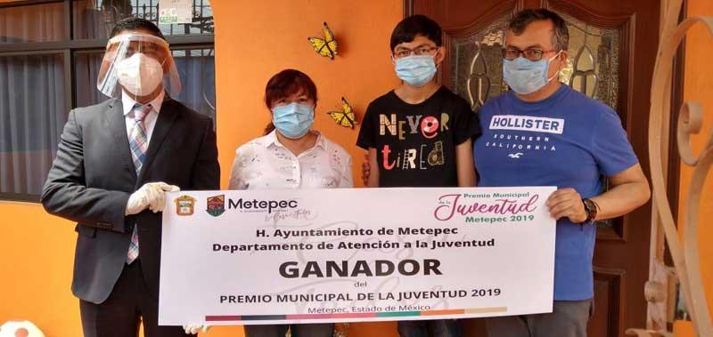 Ganadores del Certamen de la Juventud de Metepec reciben premios en su casa