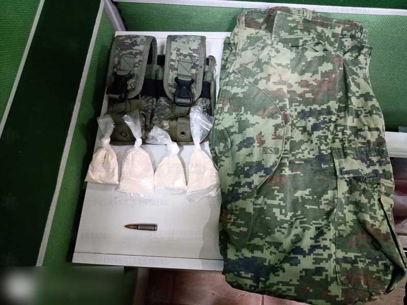 Detienen a sujeto con droga, ropa tipo militar y armamento en Valle de Bravo
