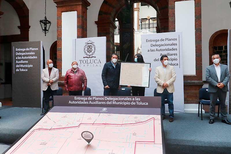 Alcalde entrega planos delegacionales a autoridades auxiliares de Toluca