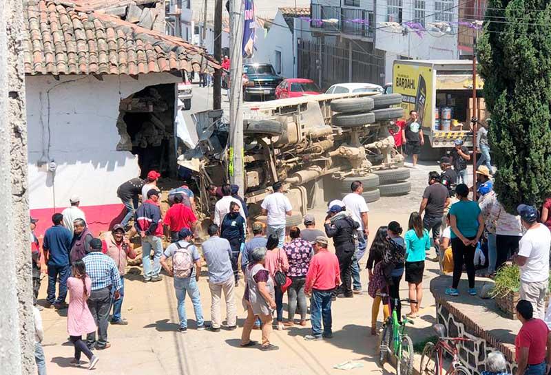 Vuelca camión de carga y choca contra una casa en Calimaya