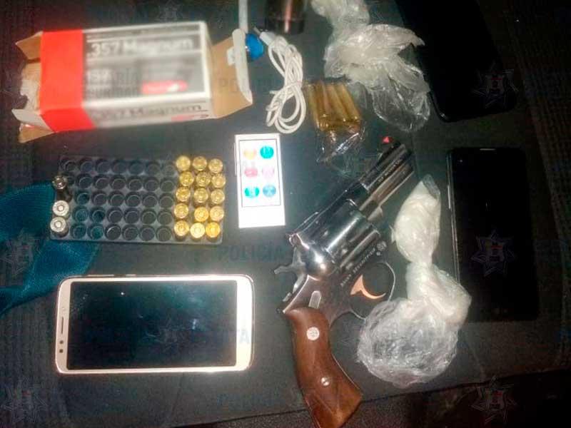 Detienen a tres personas con un arma de fuego en Calimaya